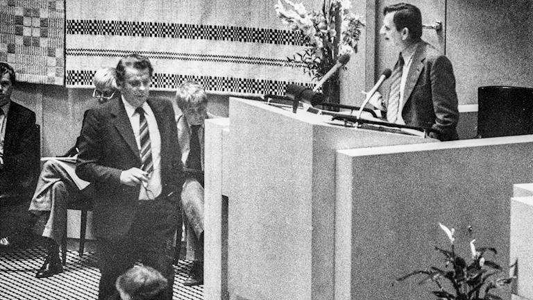 Den första misstroendeomröstningen skedde 1980, mot statsminister Thorbjörn Fälldin, på begäran av Socialdemokraterna och Vänsterpartiet Kommunisterna som var missnöjda med den ekonomiska politiken.