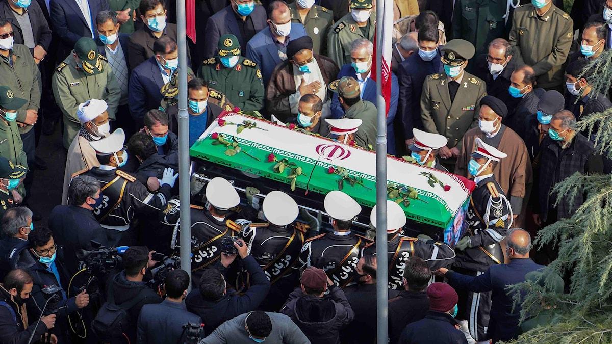 Mohsen Fakhrizadehs kista bärs av medlemmar ur den iranska militären under hans begravningsceremoni i Teheran.
