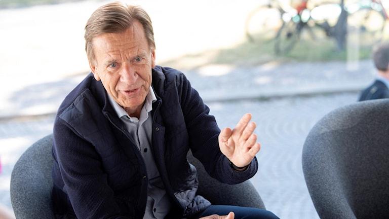 Volvo Cars vd Håkan Samuelsson sitter i en stol och pratar