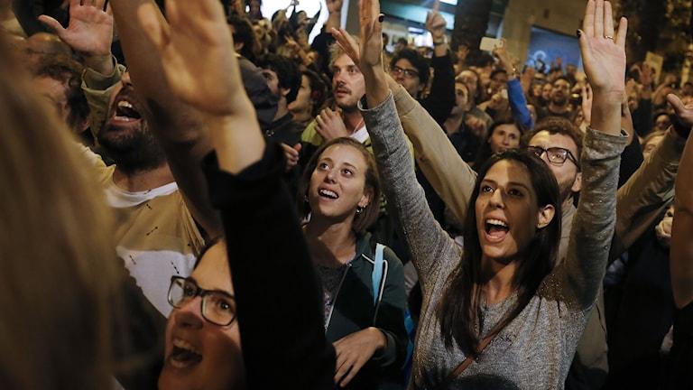 Kvinnor visar sin glädje sedan en vallokal stängt efter folkomröstningen.