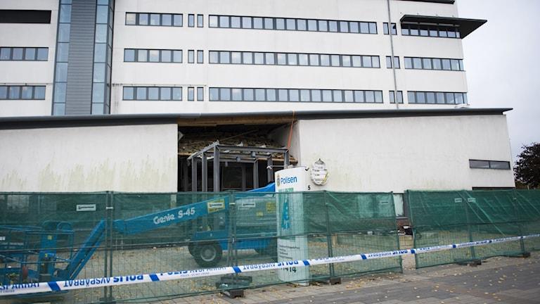 Entrén till polishuset i Helsingborg sprängdes sönder efter en explosion oktober 2017. Polisen tror att sprängningen var ett beställningsjobb.