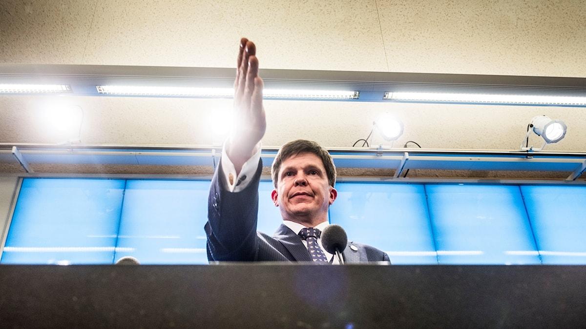 En man som pekar med hela handen.