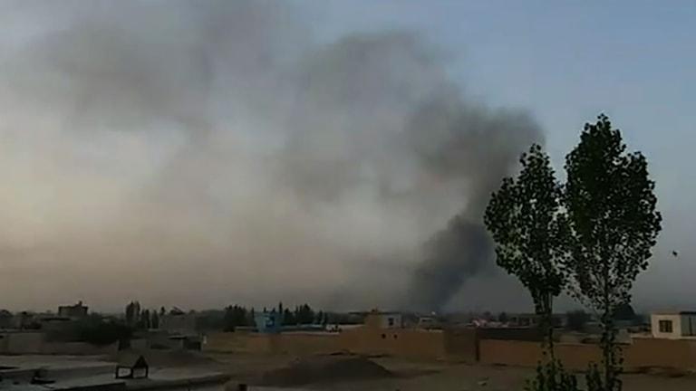 Rök över staden Ghazni efter att talibanerna gått till attack.