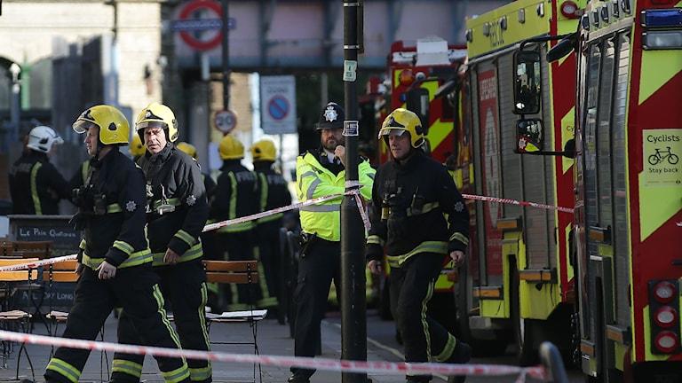 Brittiska polisen uppmanar människor att undvika området kring Parsons Green efter rapporterna om en möjlig explosion, rapporterar Reuters