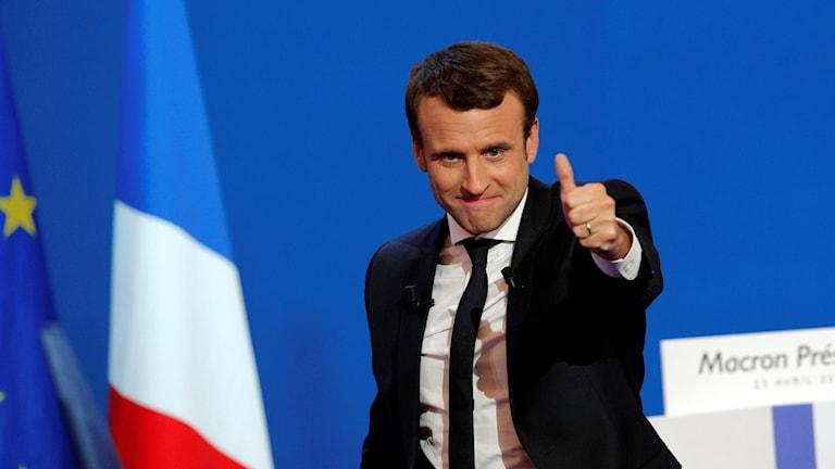 Emmanuel Macron gör tummen upp.