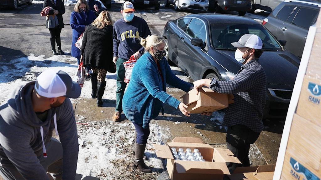 Bild från Austin –människor köar för att få rent vatten.