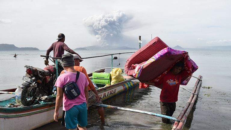 Människor evakueras från området nära vulkanen Taal.