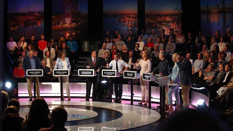 Partiledarna i en tv-studio