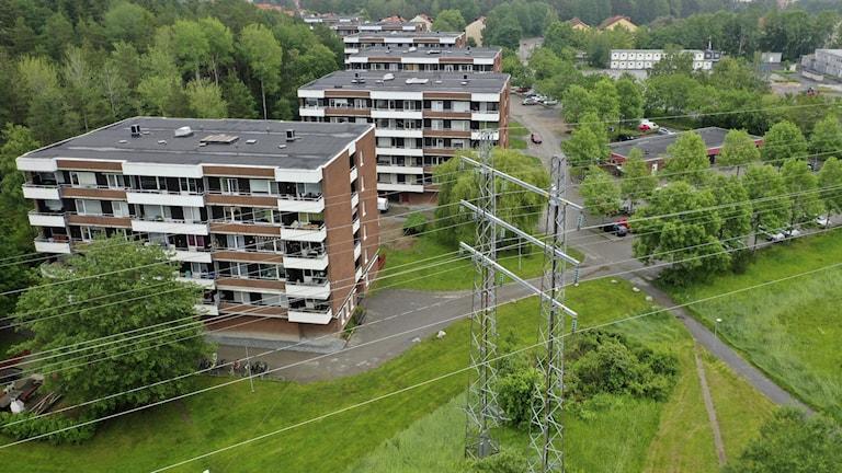 Elledning framför bostadshus i Enköping.