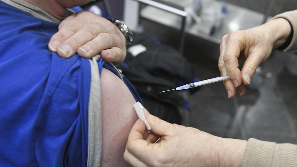 En person får en vaccinspruta i armen.