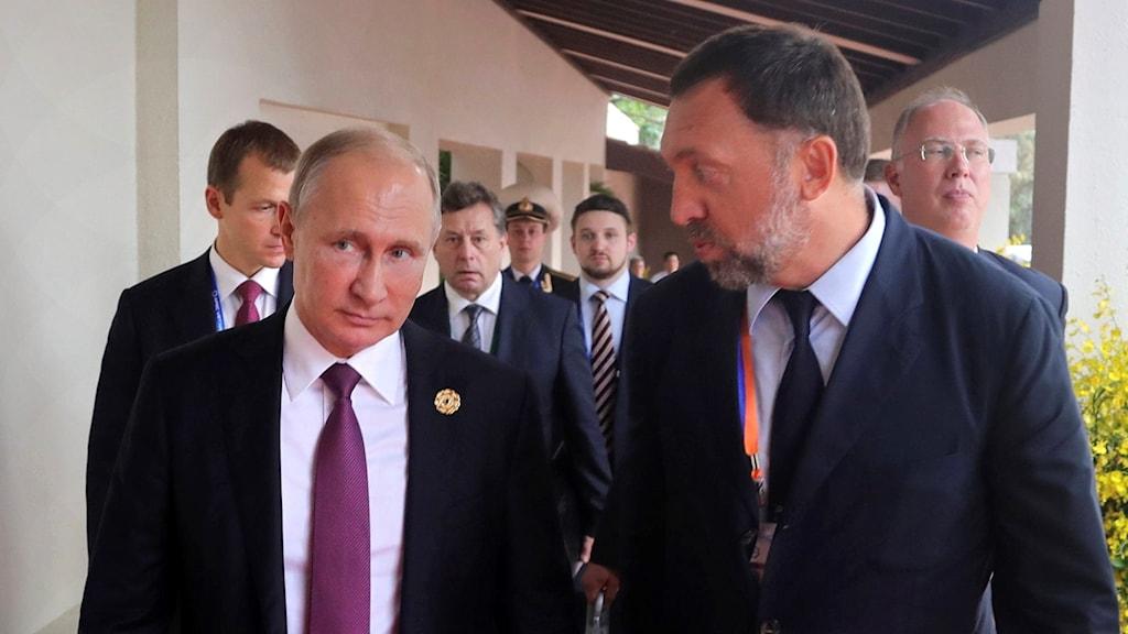 Oleg Deripaska, th, här tillsammans med Rysslands president Vladimir Putin på ett APEC-möte i Vietnam, november 2017. Foto: Mikhail Klimentyev/TT.