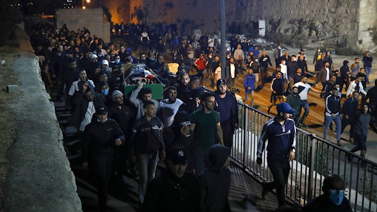 Eyad al-Hallaqs kropp bärs genom Jerusalem.