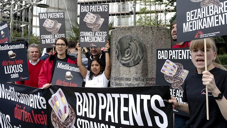 30 patientorganisationer, MSF och MdM protesterar utanför Europeiska patentverket EPO i Wien idag mot patent för Sofosbuvir.