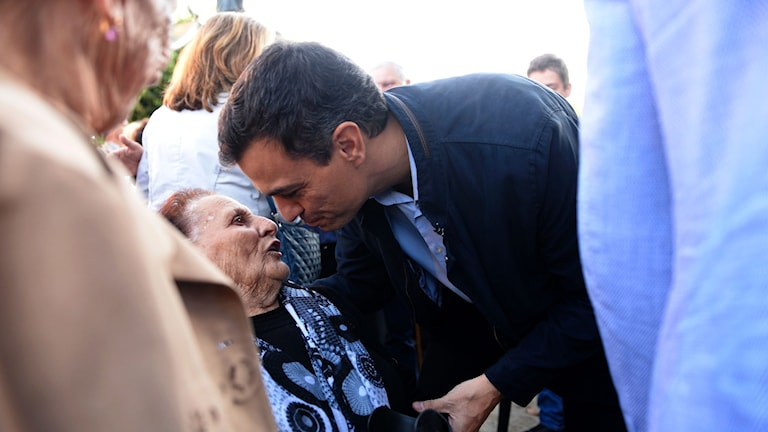 Socialisterna PSOEs ledare Pedro Sanchez kysser äldre dam i samband med valkampanjandet.