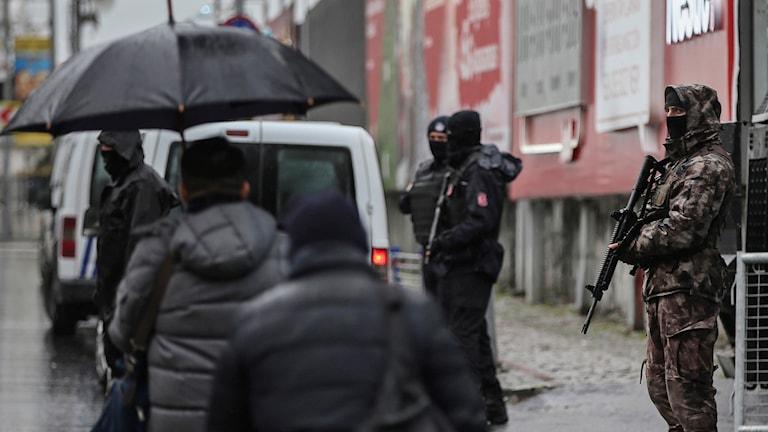 Turkisk polis bevakar området efter attacken mot en nattklubb i Istanbul nyårshelgen 2016. Arkivbild.