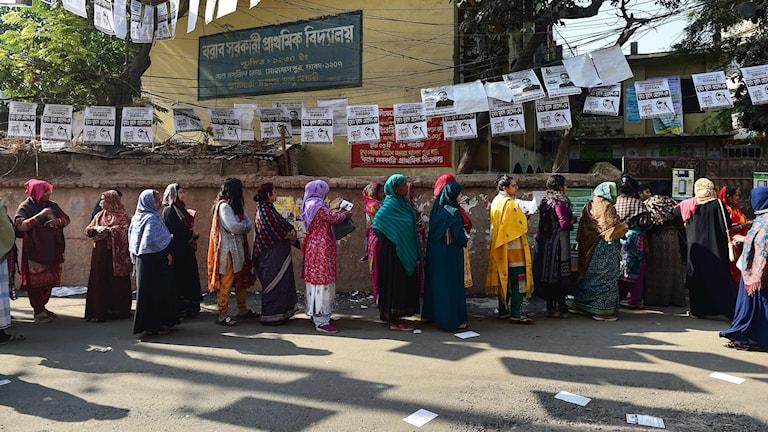 Kö till vallokal i Bangladesh