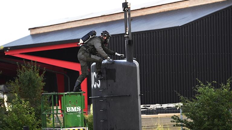 Tekniker klättrar ombord på ubåten.