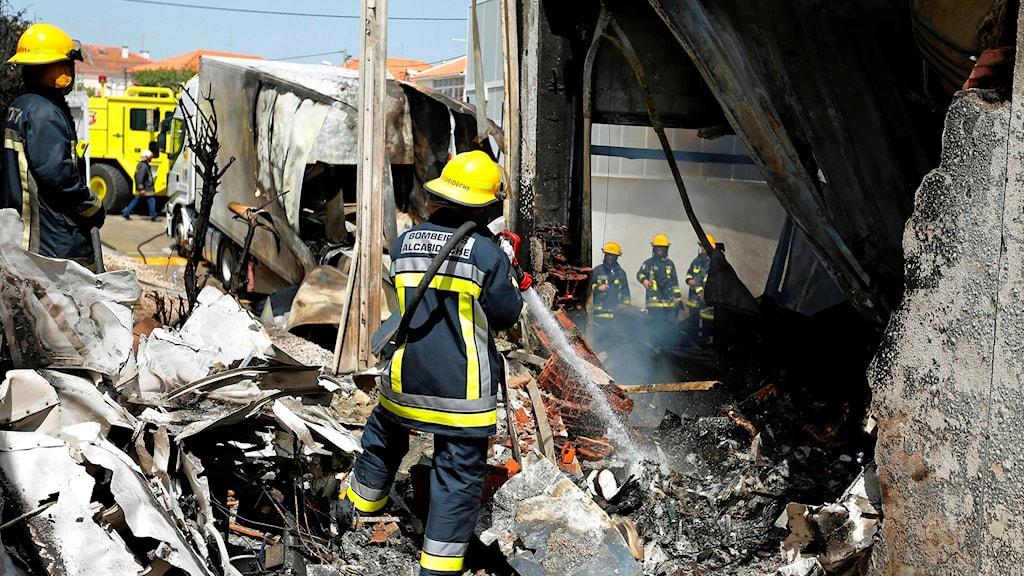 Brandmän arbetar vid olycksplatsen.