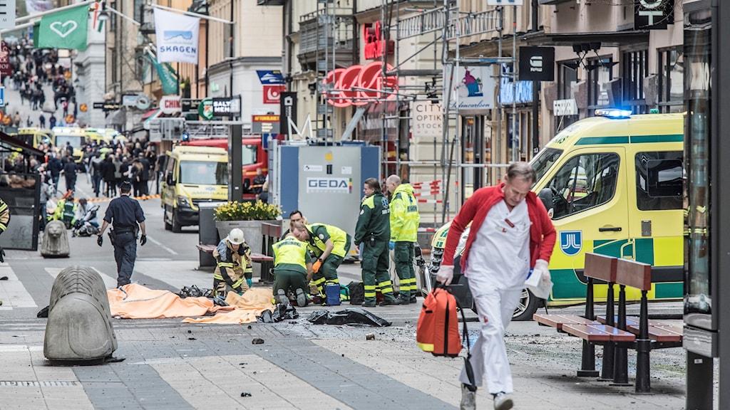 Ambulanspersonal och läkare på plats på Drottninggatan efter terrordådet.