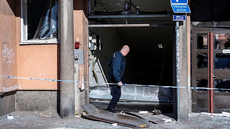 Polisens kriminaltekniker undersöker på måndagsförmiddagen området kring en port vid Nobeltorget i centrala Malmö efter en explosion under natten.