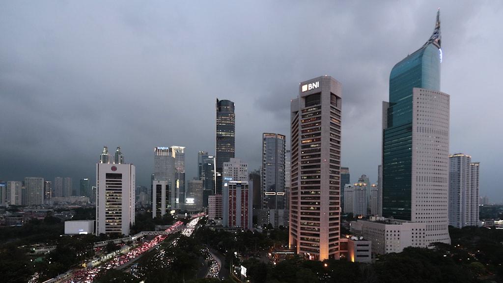 Asiatisk storstad i kvällsljus