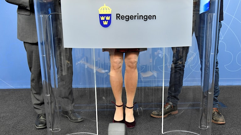 Fötter på Morgan Johansson, Åsa Regnér och Gustav Fridolin. Johansson har kostym, Regnér har kjol, Fridolin har jeans.