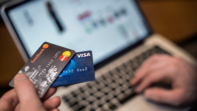 För första gången på flera år minskar bedrägerierna med stulna kortuppgifter på nätet.