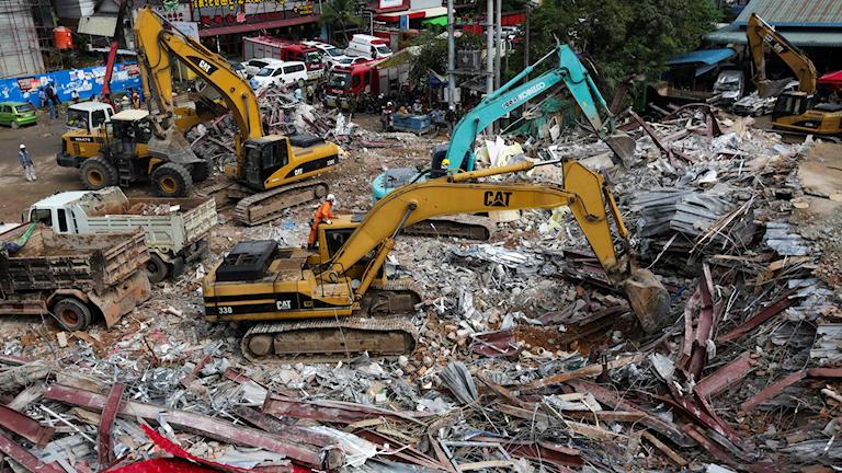 Räddningsarbetare fortsätter att söka efter överlevande som kan ha begravts.