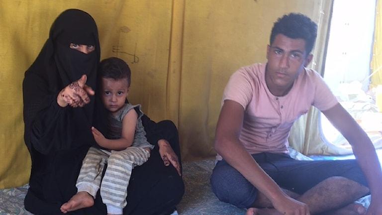 Sjuksköterskan Sahar Said Hassan med sonen Ahmed Khalid och maken Mohamed Said lyckades fly från inbördeskriget i Jemen som FN utnämnts den värsta humanitära katastrofen just  nu. De är nu i ett flyktingläger i Djibouti.