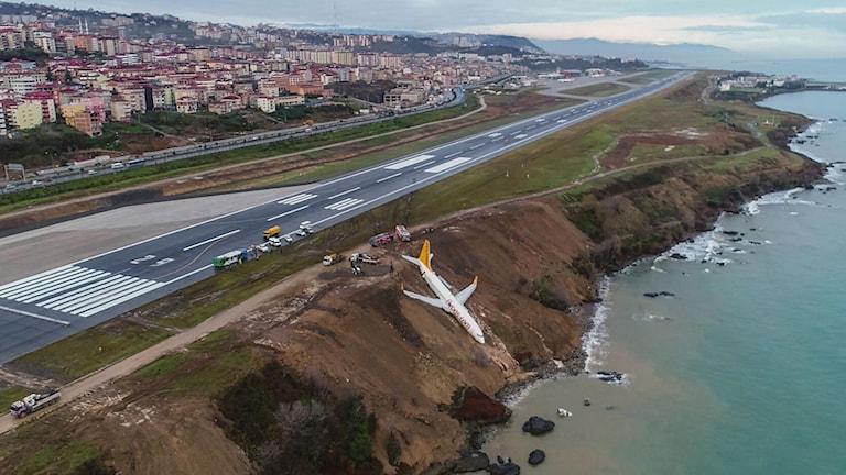 Planet gled av landningsbanan och halvvägs ned för ett slänten på flygplatsen i Trabzon.
