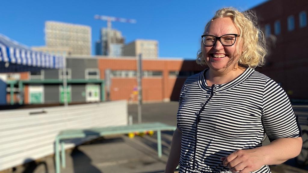 Marianne Mäkelä som är väldigt glad över att karaokesäsongen kan dra igång på riktigt