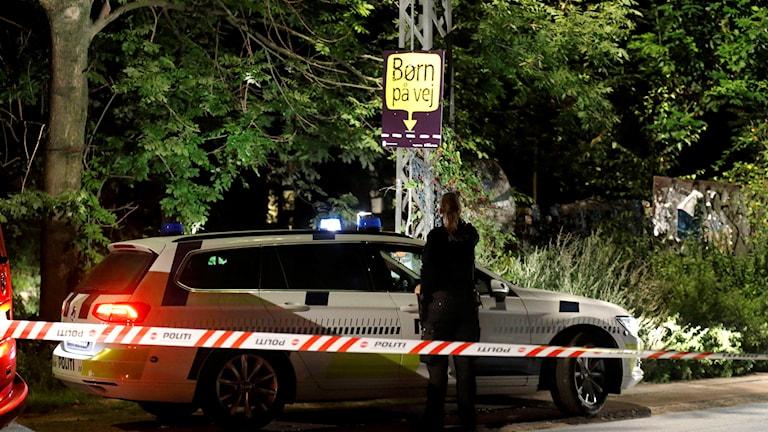 Polisbil bakom avspärrning