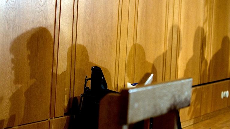 En tom talarstol i kommunfullmäktige.