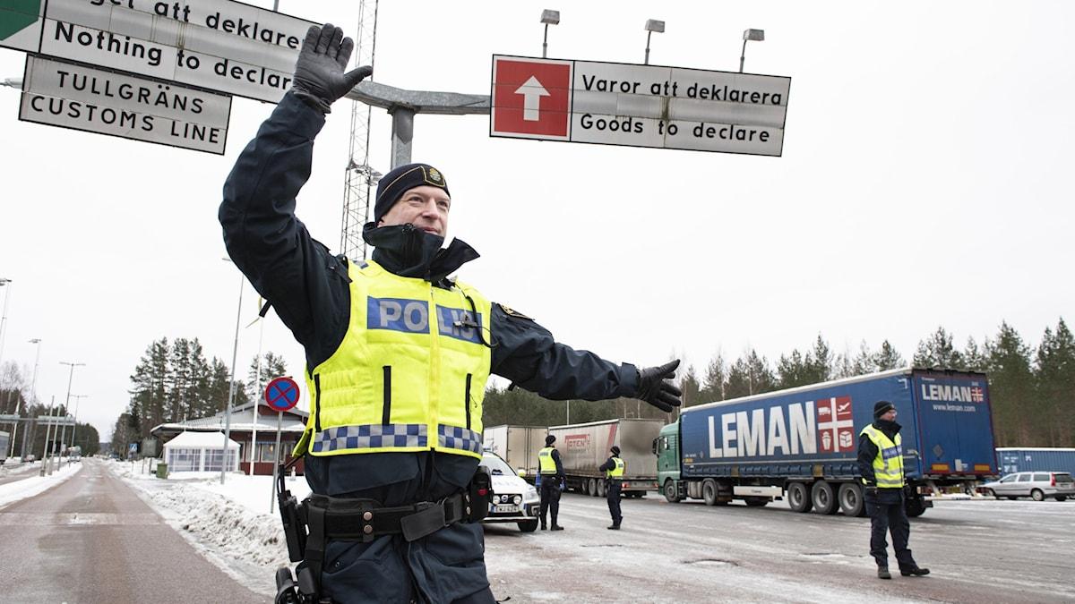 en polis vid gränsen mot norge.