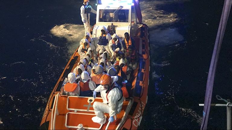 Människor i en båt på hav.