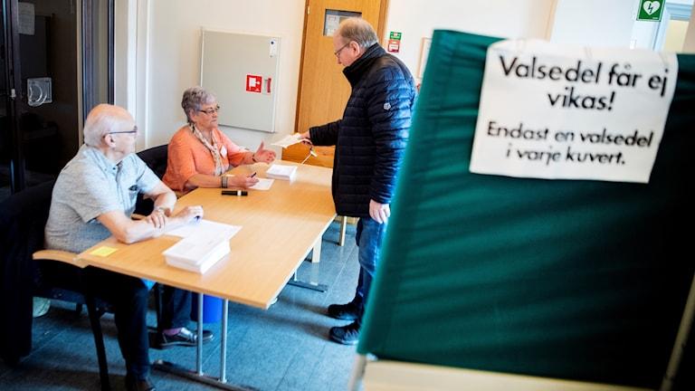 Person som röstar i omvalet i Falun.