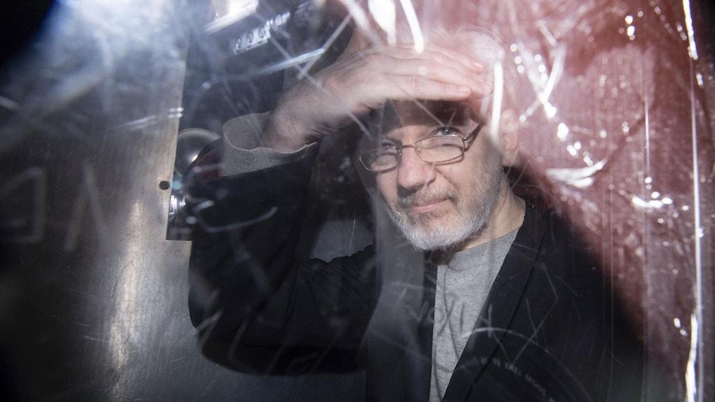 Wikileaksgrundaren Julian Assange stiger ur en fängelsetransport