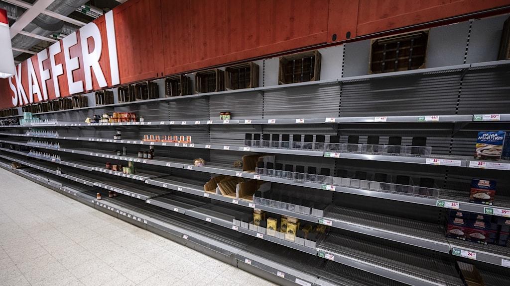 Tomma butikshyllor i Malmö.