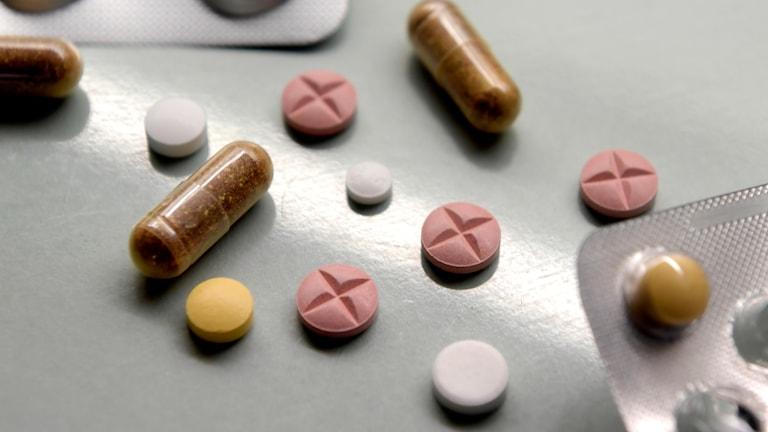 Läkemedel, tablettkartor och olika sorters piller.