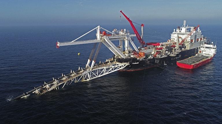 Ett skepp jobbar med pipelinen Nordstream 2 i Östersjön.