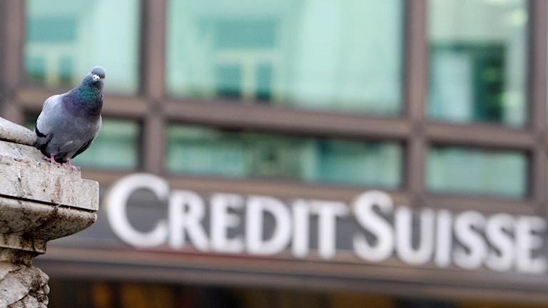 Tre före detta anställda på schweiziska banken Credit Suisse greps igår i London, misstänkta för inblandning i en omfattande mutskandal i Moçambique.