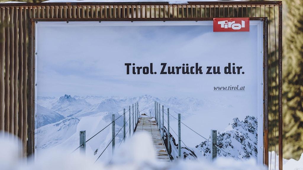 En reklamskylt med texten Tyrolen. Tillbaka till dig.