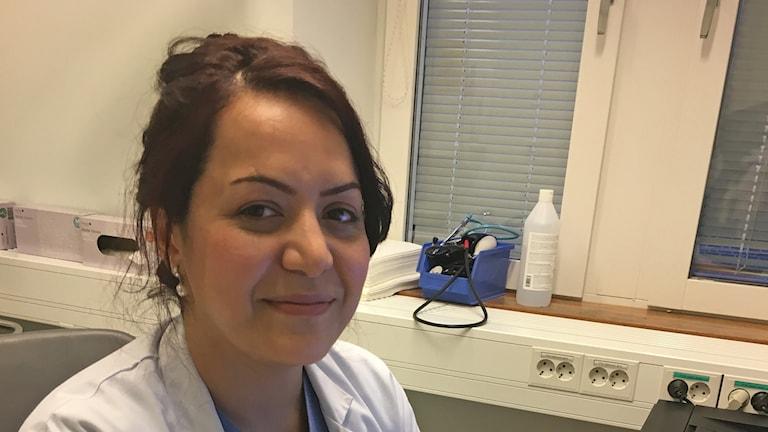 Kvinna i läkarrock. Foto: Karin Wirenhed / Sveriges Radio