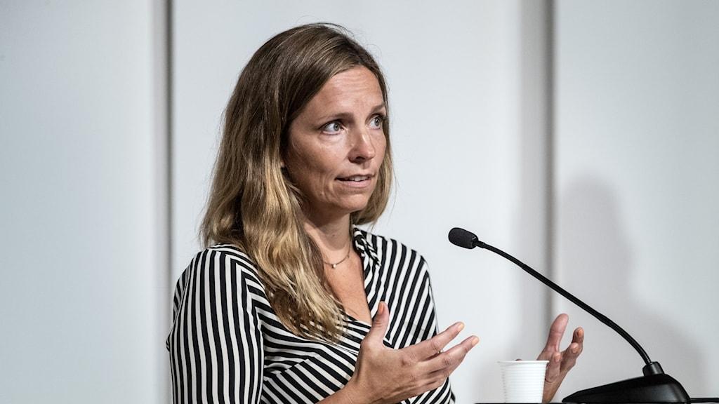 Enhetschef Sara Byfors på Folkhälsomyndigheten under den myndighetsgemensamma presskonferensen.