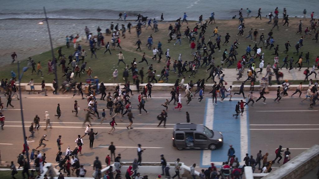 Bild från 19 maj. Marockanska ungdomar drabbar samman med marockanska säkerhetsstyrkor när de försöker ta sig över gränsen till spanska Ceuta.
