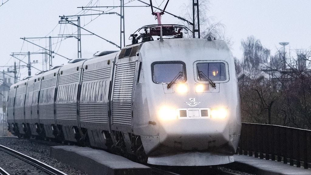 Ett X2000-tåg passerar Station Rosengård i Malmö.