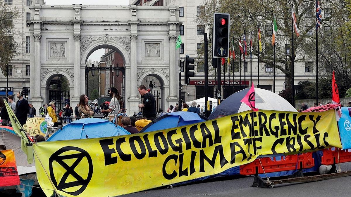 Demonstranter blockerar Marble Arch, bland flera platser, i London i protest mot det de menar är en för svag klimatpolitik.