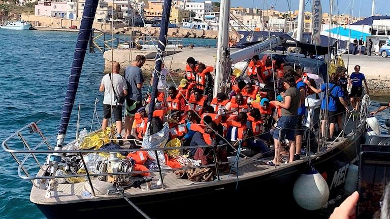 Besättningen på båten Alex med 41 migranter ombord som räddats utanför Libyens kust.