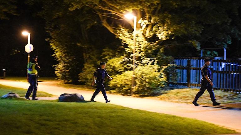Poliser gåendes i närheten av brottsplats.