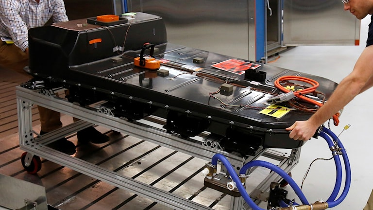 Elbilsbatterier i en svart låda på en metallvagn